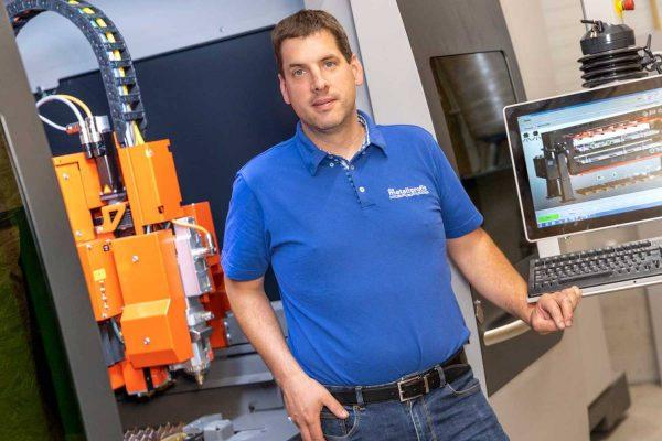 Berthold Hinterleitner freut sich über das neueste Mitglied im Metallprofis-Team: die Laserschneidanlage!